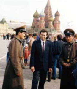 Author Ali Mahjoub talking wih young soviet soldiers from Azerbaijan, whom he met in Red Square in 1985